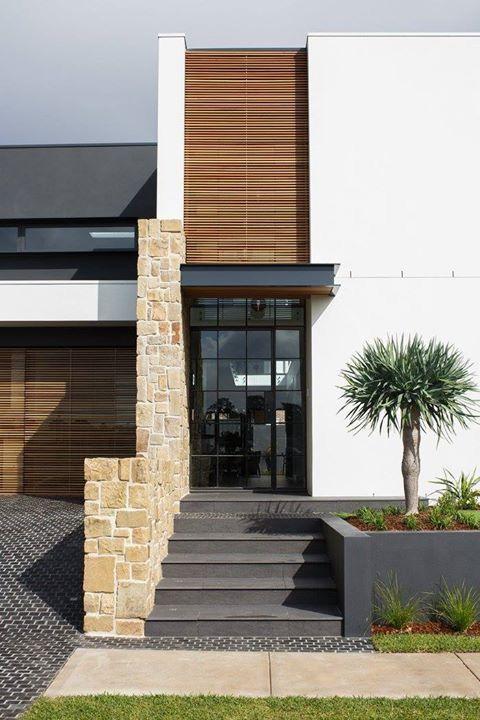 Fachada con puerta negra decoracion de interiores for Fachadas de techos exteriores