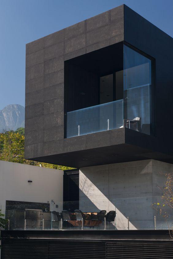 fachada de casa pequena con balcon amplio en la planta baja (2)