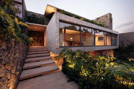 fachada de casa pequena con balcon amplio en la planta baja (3)