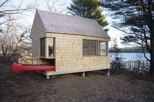 fachada de casa pequena con el lago en la entrada