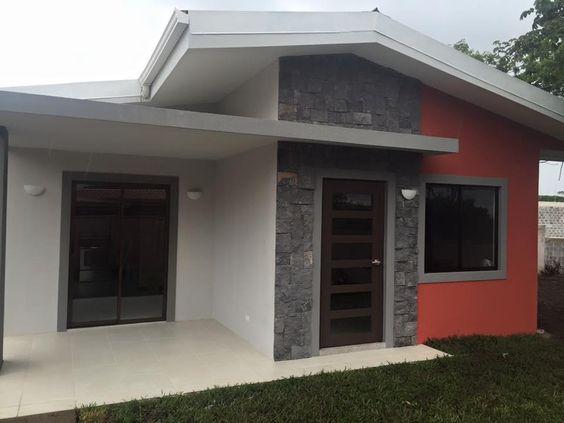 fachada de casa pequena con entrada en pintura roja (2)
