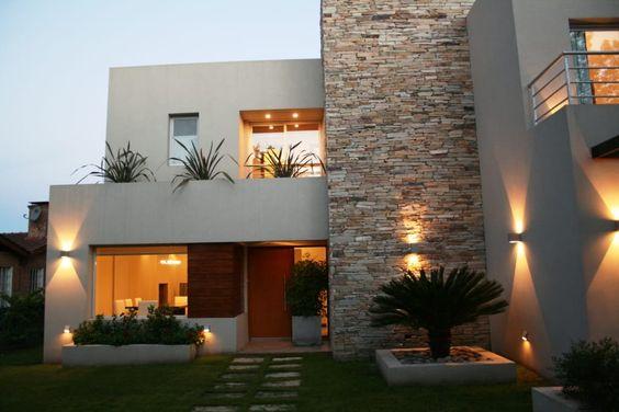 fachada de casa pequena con ladrillo y pintura blanca