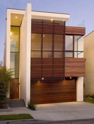 fachada de casa pequena con marco de madera en las ventanas
