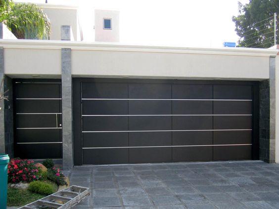 fachada de casa pequena con puerta en el garage (3)