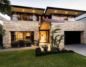 fachada de casa sencilla con detalle en piedra