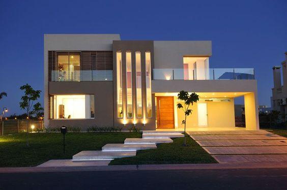 fachada de casa sencilla con dos suelos