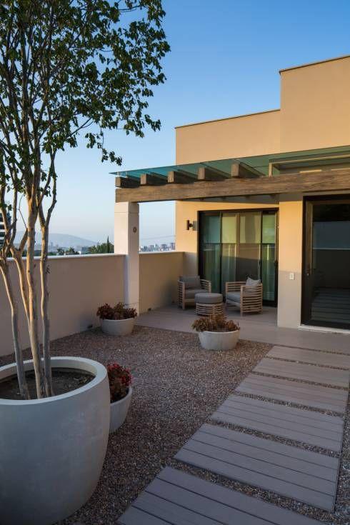 fachada de casa simple con pergolada en la entrada (4)