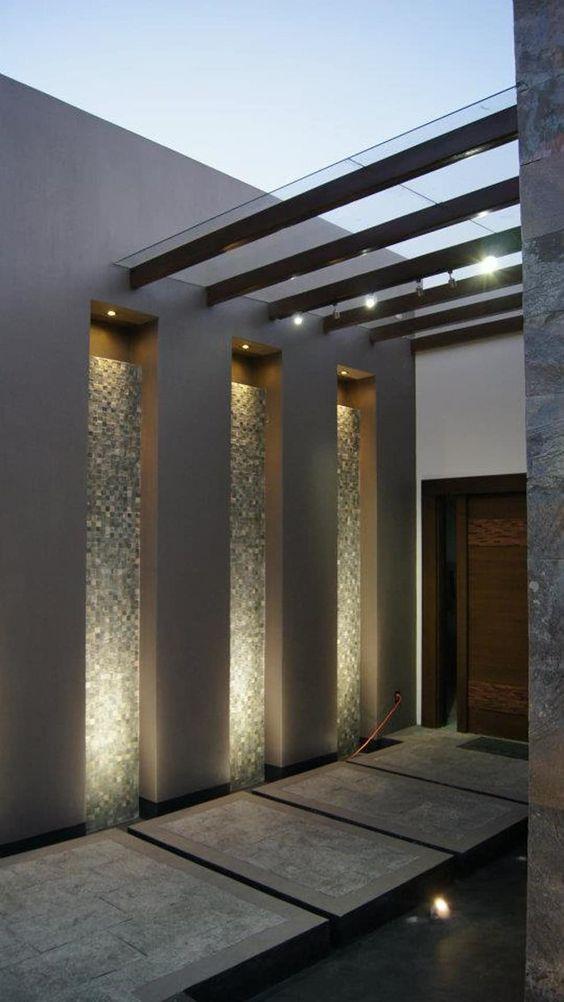 fachada de casa simple con pergolada en la entrada