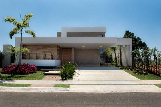 fachada de casa simple con techo aparente y sistema de placa solar (2)