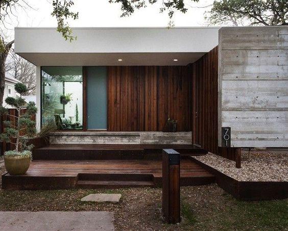 fachada de casa simple con techo aparente y sistema de placa solar