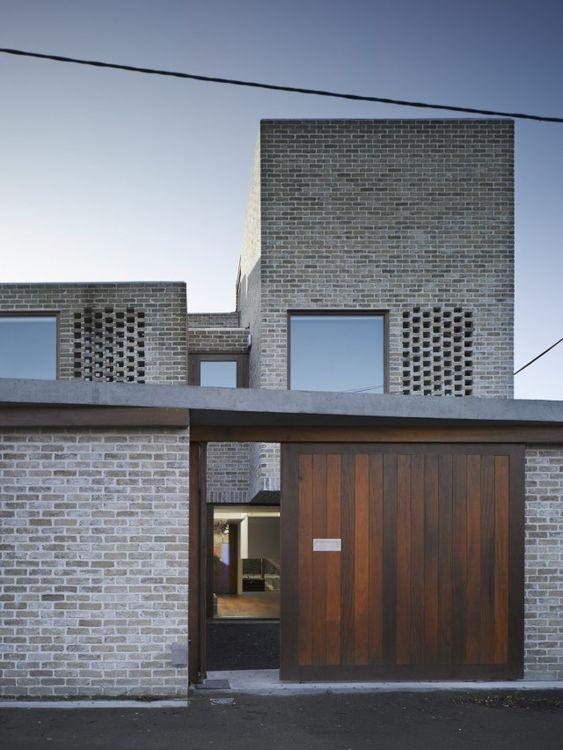 fachada de casas con detalle de ladrillo a la vista