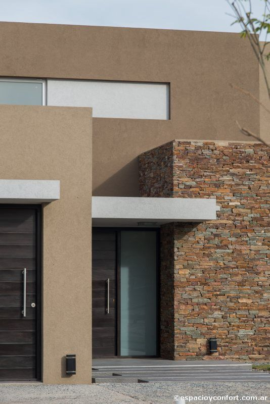 Fachada de casas sencillas en columnas de piedra for Casas modernas revestidas en piedra
