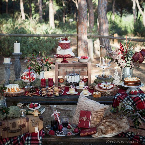 Mesa de postres para fiesta navideña en el jardín