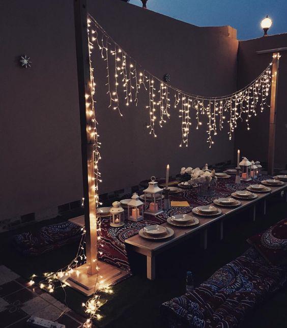 Comedor para fiesta navideña en el jardín
