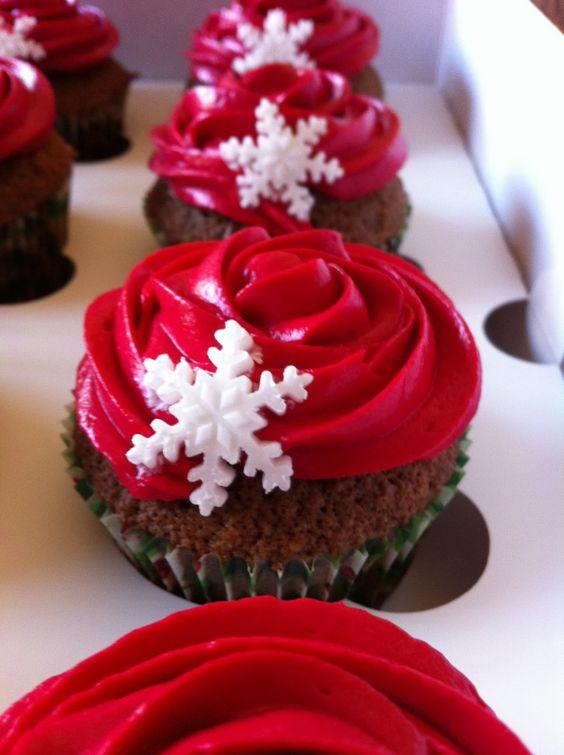 Bollos rojos con copos de nieve