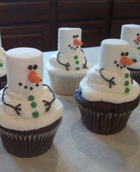 Cupcakes con bombones que forman muñecos de nieve