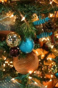 Ideas de decoracion para navidad en verde azulado con cobre (24)