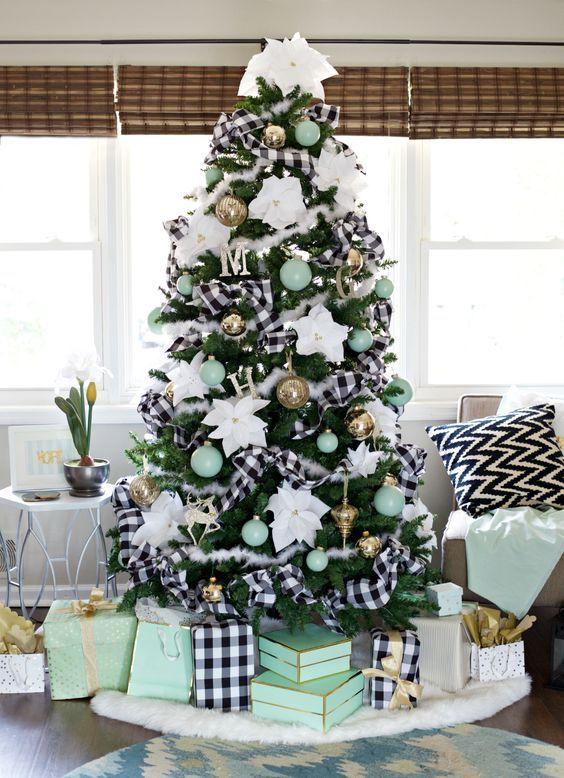 Pinos de navidad decorados con listones cuadrados