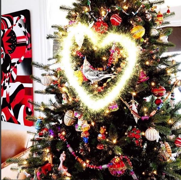 Árboles de navidad con elementos coloridos