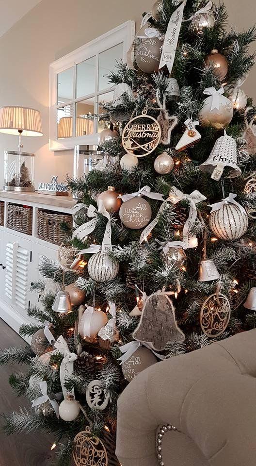 Arboles navideños decorados con madera y ramas