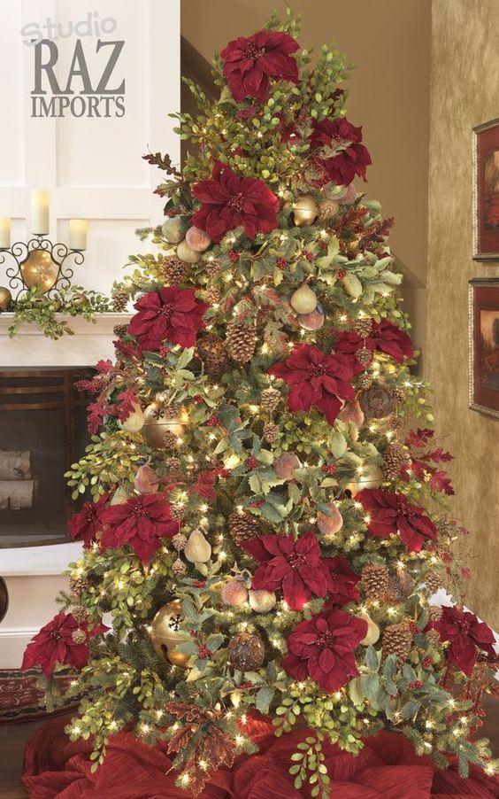 Decoración de arboles navideños con flores de noche buena