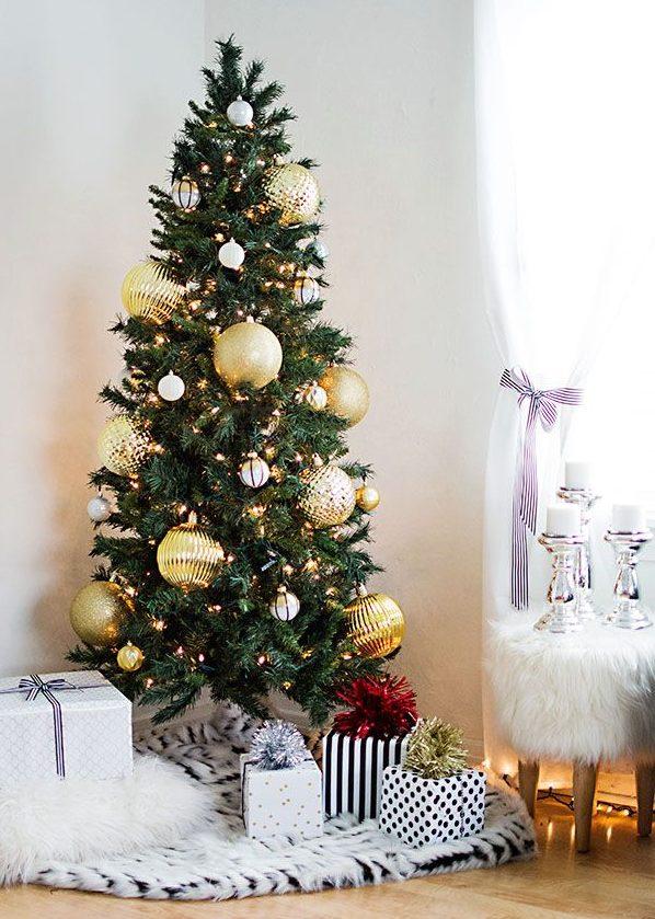 Pinos navideños en tonos brillantes