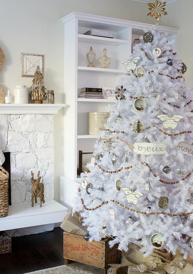 Árboles blancos con iluminación