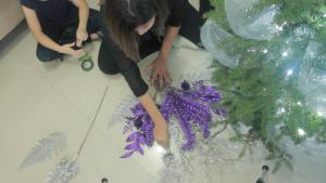 Colocacion del follaje en el pino de navidad