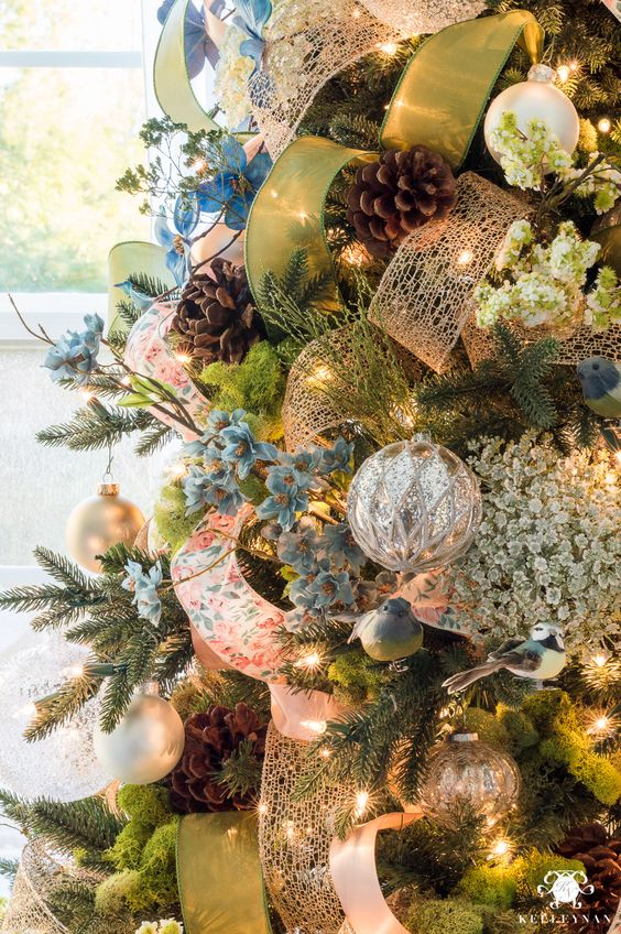Formas de decorar tu arbol de navidad con liston (1)