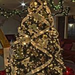 Formas de decorar tu arbol de navidad con liston (17)