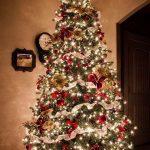 Formas de decorar tu arbol de navidad con liston (23)