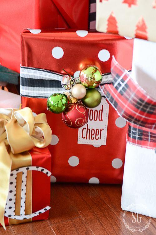 Envolturas navideñas decoradas con esferas