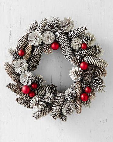 adornos navideños con piñas
