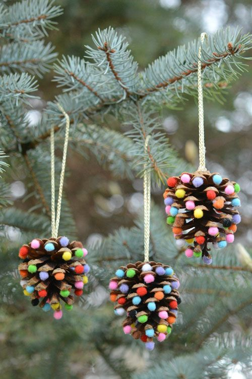 Adornos navideños con piñas para el pino navideño