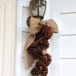 Adornos navideños con piñas para la puerta