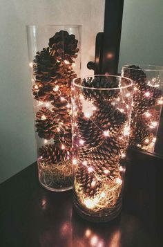 Adornos navideños con piñas secas