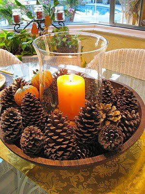 Adornos navideños con piñas y velas