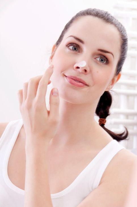 aplica un hidratante ligero en el rostro