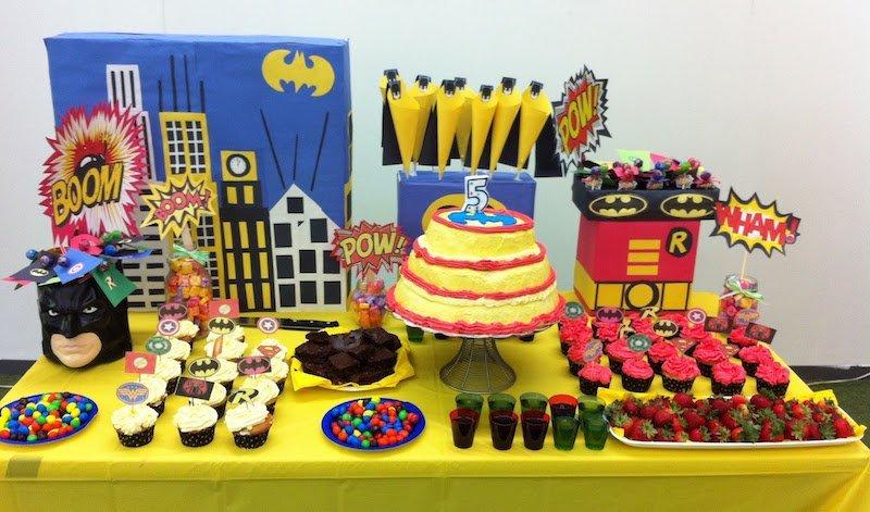 como decorar una mesa de dulces de batman