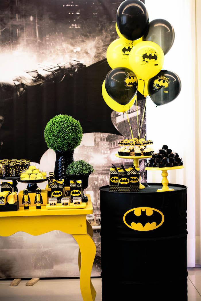 como decorar una mesa de postres de batman (2)