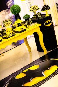 como decorar una mesa de postres de batman (3)
