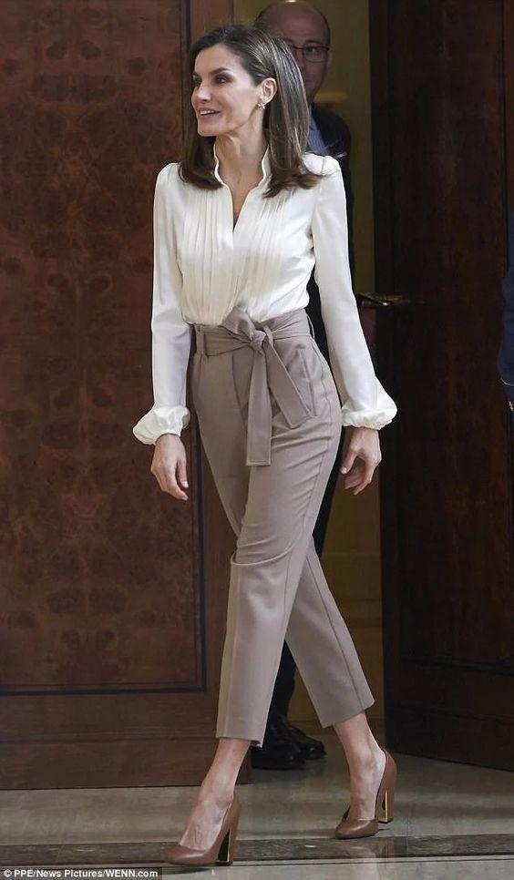 Moda para Mujeres de 40 2018 - 2019 con outfit bolsas y accesorios