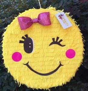 pinata para fiesta de emoji nina