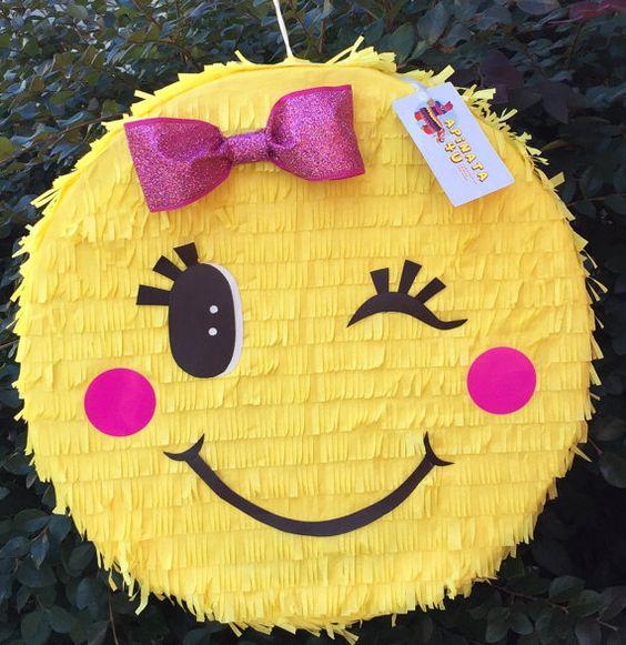piñata para fiesta de emoji niña