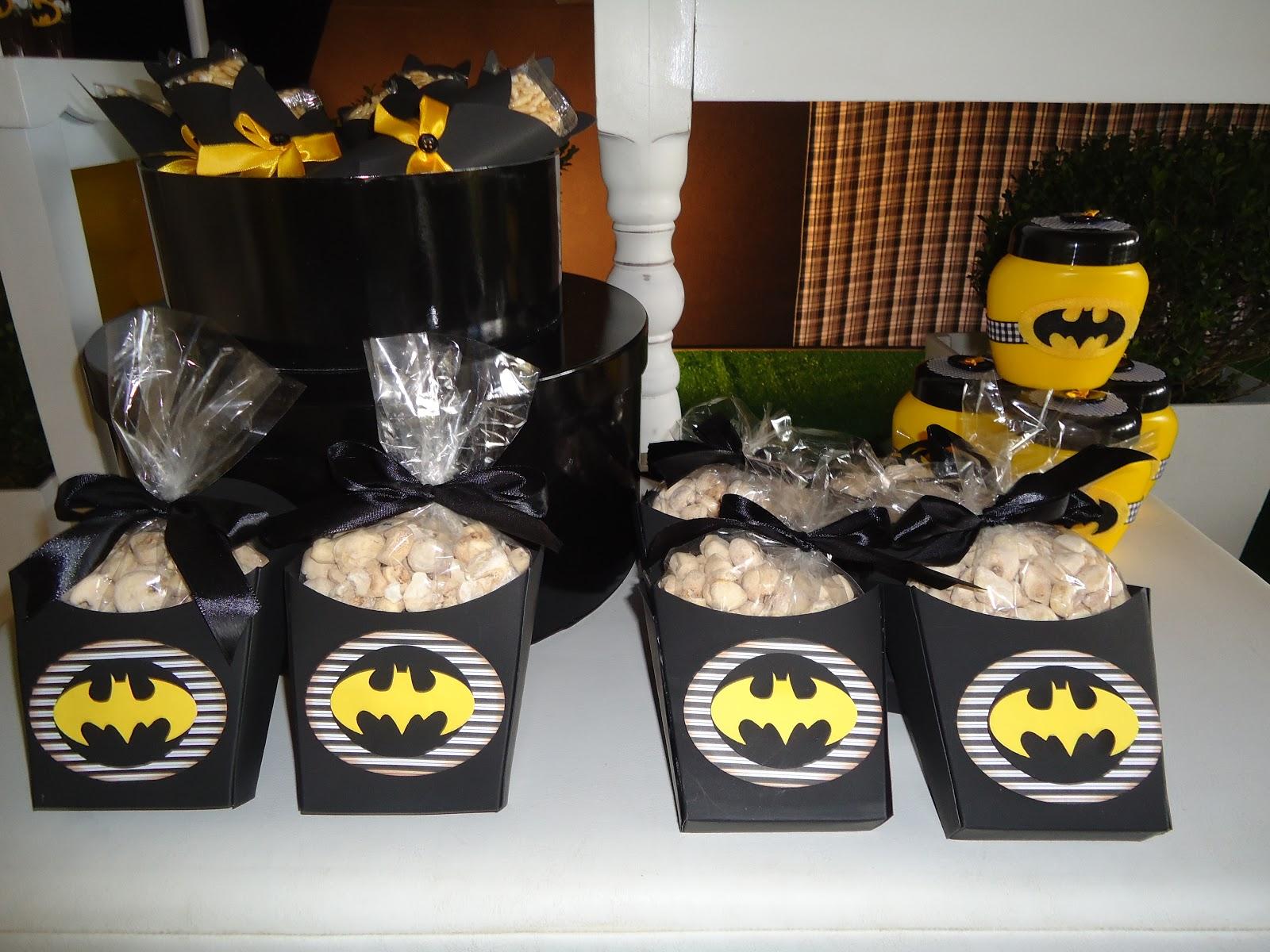 postres y bocadillos para una mesa de dulces fiesta batman (3)