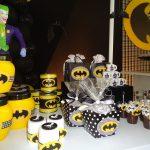 postres y bocadillos para una mesa de dulces fiesta batman (4)
