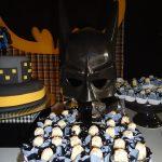 postres y bocadillos para una mesa de dulces fiesta batman (5)