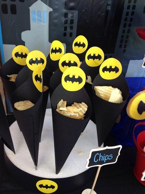 postres y bocadillos para una mesa de dulces fiesta batman (7)