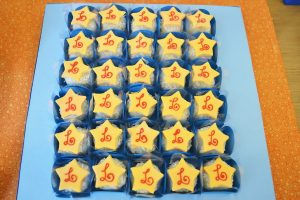 postres y bocadillos para una mesa de dulces para fiesta de goku (2)
