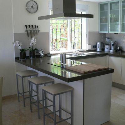 Cocinas modernas 2018 con barra islas r stica minimalistas for Enchapes para cocina